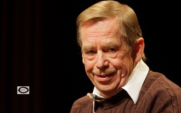 Former Czech Republic President Vaclav Havel smiles as he attends a news conference to mark the 20th anniversary of political changes in former Czechoslovakia and the fall of the Iron Curtain in Prague October 15, 2009. REUTERS/David W Cerny (CZECH REPUBLIC POLITICS ANNIVERSARY)